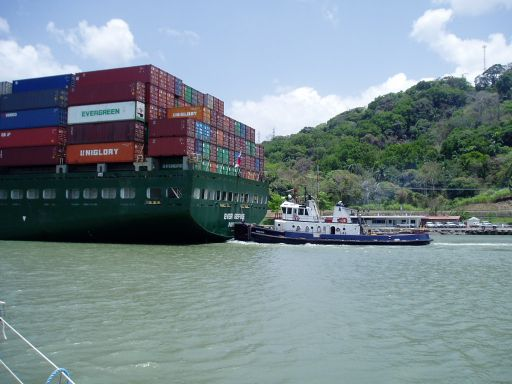 Apr '06 - Containership, Panama Canal - click to enlarge